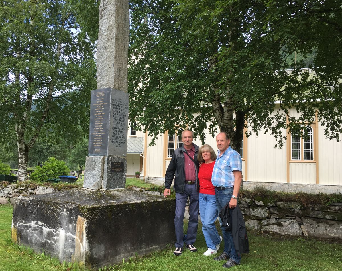 Her ved bautaen over de som hadde deltatt i kamper for fedrelandet fra 1814 og frem til 2. verdenskrig. Den eneste som falt var Anton Husby, søskenbarn til James far.