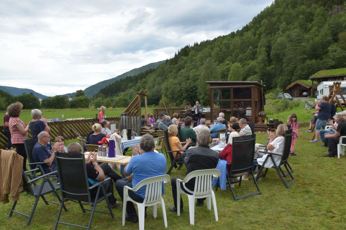 Opningsfest for leikeplassen i Bekkerhagan.  Foto: Jon Olav Ørsal