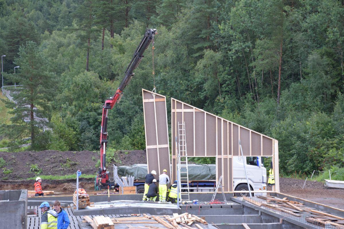Kranbilen heisa elementa direkte på plass for sammenmontering.  Foto: Jon Olav Ørsal