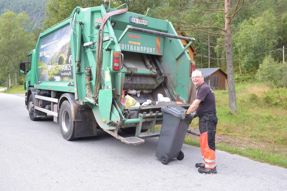 Onsdag er søppeldag - og todalstur for Nils Sylte i Hamos.  Foto: Jon Olav Ørsal