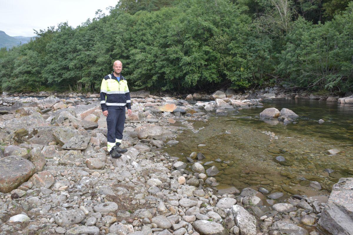 Et par steinar hadde glidd ut ved terskelen i Fosstrøin. No er de på plass igjan, fortel Sveinung F. Susort.   Foto: Jon Olav Ørsal