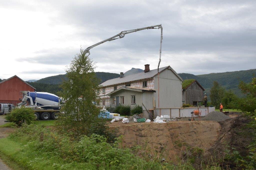 Betongen fikk seg ein skikkeleg luftetur - langt over takhøgda - før den hamna i forskalingsblokka.  Foto: Jon Olav Ørsal