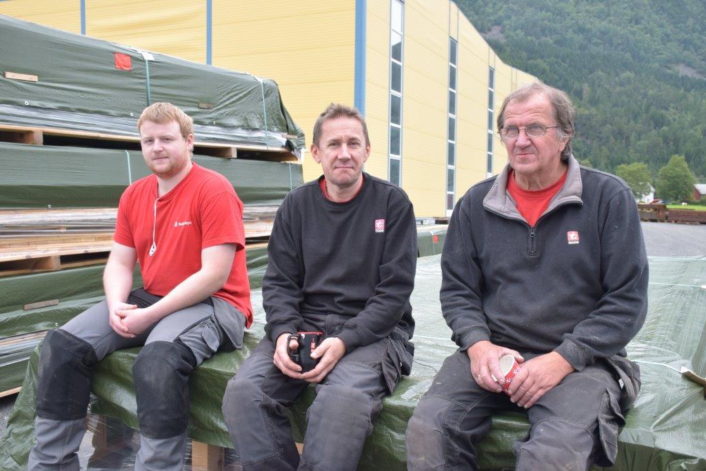 Ola Ansnes, Wlodzimierz Jan Gielzakowski og Bjørn Sæterbø har laga elementa til ridehallen.  Foto: Jon Olav Ørsal
