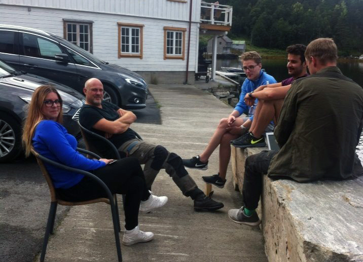 Gruppearbeid på kaikanten, det funka bra!  Foto: Synnøve Helland
