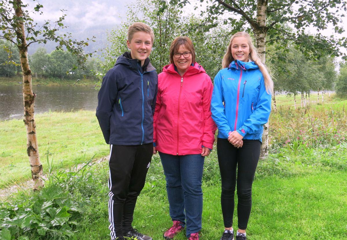 Benjamin Skålvik Rønning, Norunn Holten og Kristin Bøklep ønsker alle velkomne til å bli med på Friluftsveka i Surnadal. Foto: Dordi J H