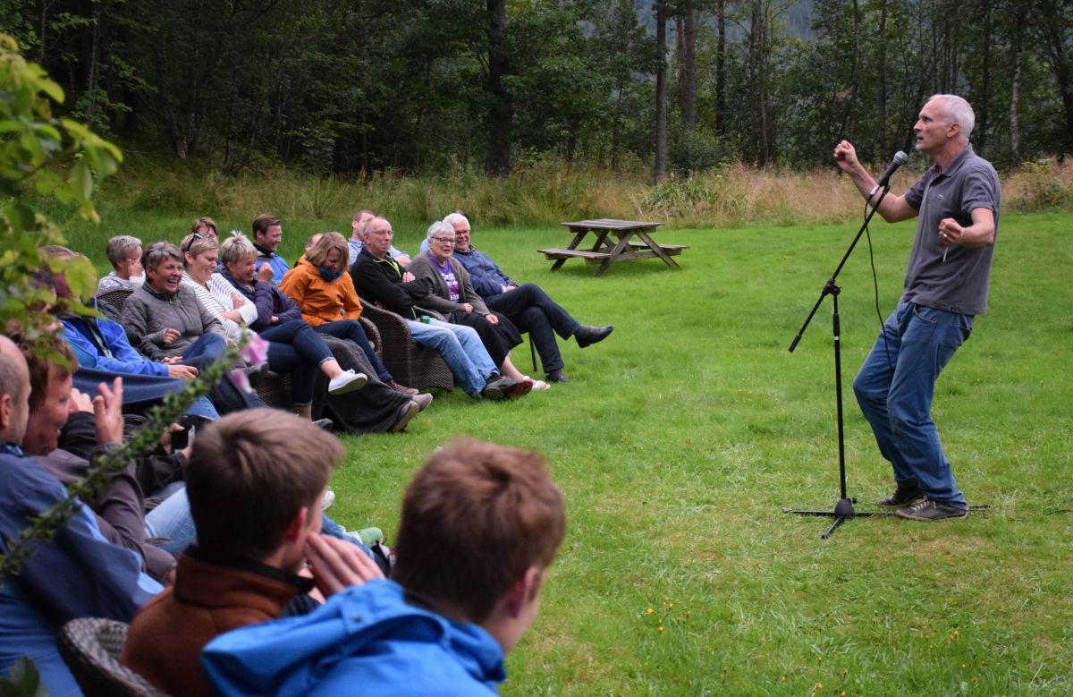 Eg følte meg veldig heime i Todalen - her sitt latteren laust, sa Jon Schau etter forestillinga. Foto: Driva/Jon Olav Ørsal