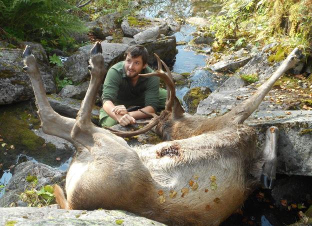 åsmund tok storhjorten. 132,5 kg viste vekta etter slakting.  Foto: GKK