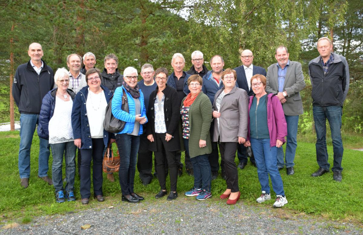 Samla til nytt klassebilete - 18 av dei 26 elevane møtte til 50 årsfeiring.  Foto: Driva/Jon Olav Ørsal