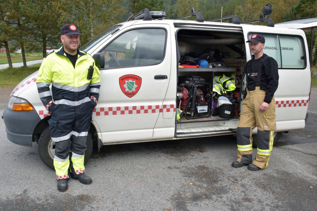 Anders A. Karlsen og Ivar Bolme viste fram brannbilen som er stasjonert i Todalen.  Foto: Jon Olav Ørsal