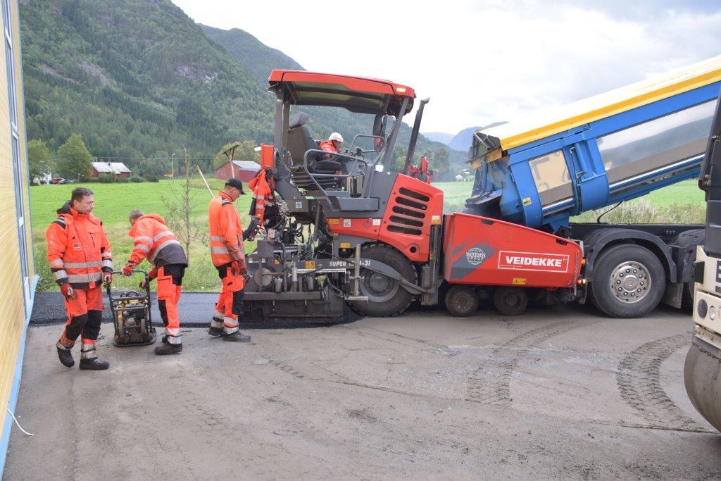 Veidekke er i gang med asfaltlegging rundt lageret og elementfabrikken.  Foto: Jon Olav Ørsal