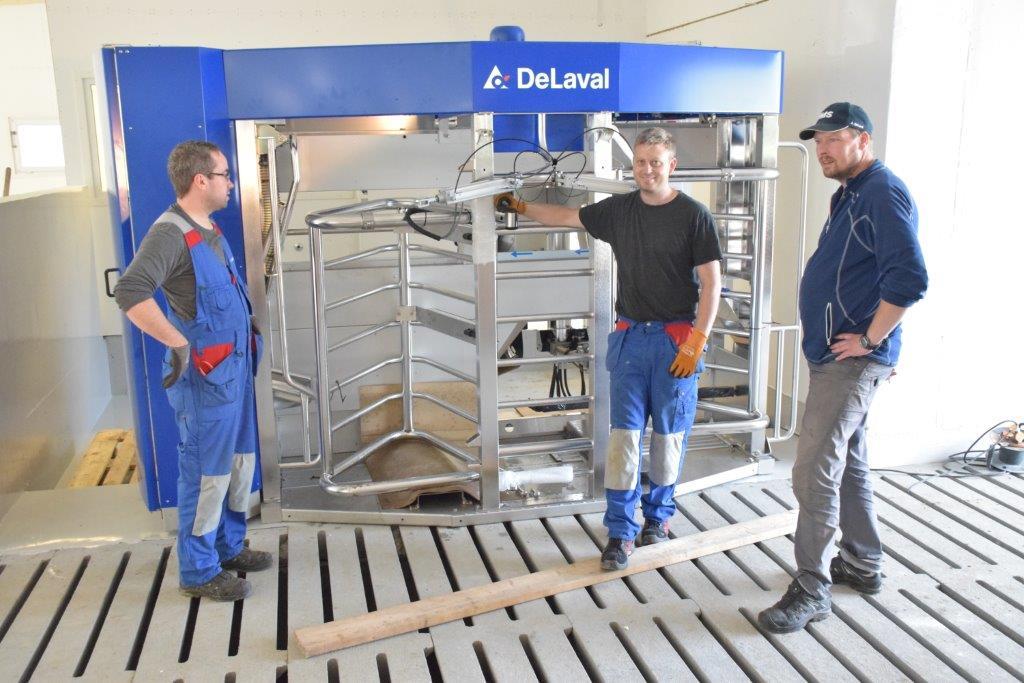 Mjølkeroboten er omtrent på plassen sin - no startar monteringa.  Frå venstre Arve Betten, Lars Ottar Lyhammer og Olav Halle
