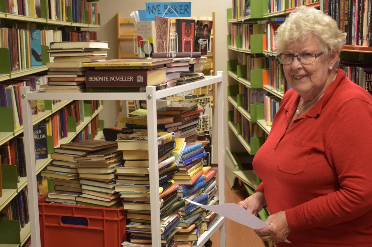 Vi har rundt 9.000 titlar i hyllene, seier Karen Johanne Talgø som er ansvarleg for bibliotekfilialen i Todalen.   Foto: Jon Olav Ørsal
