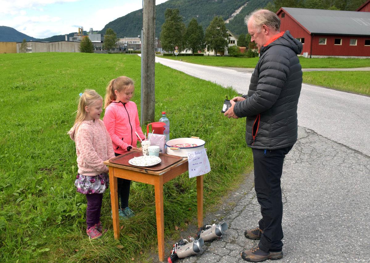 Strategisk salgsplass for nystekte muffins - her har Maria og Edel therese fått Lars på kroken.  Foto: Jon Olav Ørsal