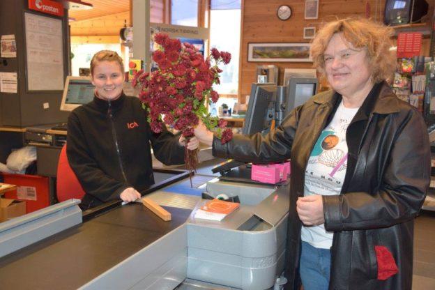 ..og Erika Kvendset prisa dagen med ein flott bukett krysantemum til betjeninga.  Foto: Jon Olav Ørsal