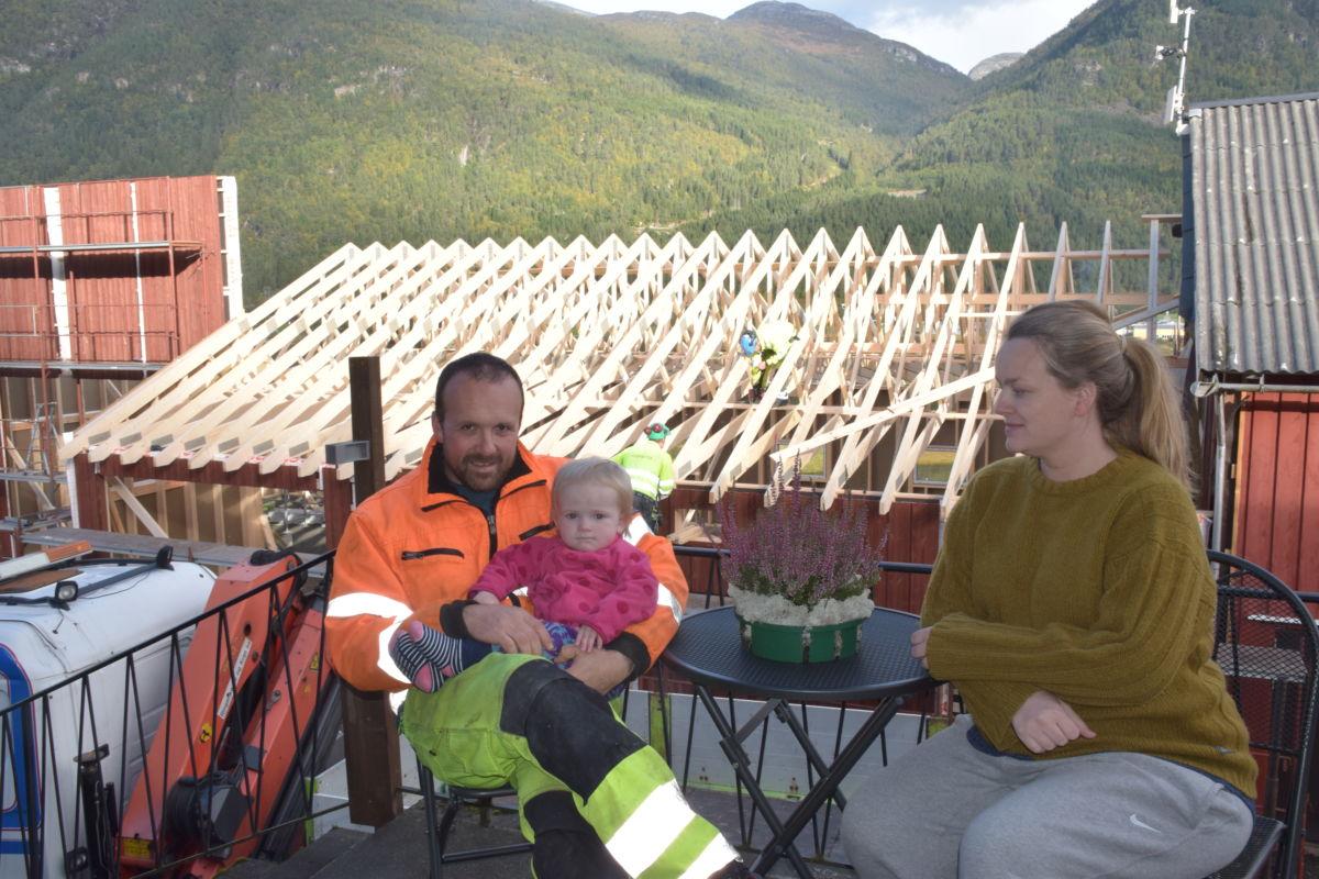 Satsar på ei framtid i jorbruket  - Håvard saman med sambuar Siri og dotter Sigrid Edle.  Foto: Jon Olav Ørsal