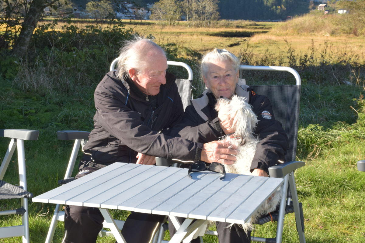 Tilbake på gamle tomter - Ronny og Ulla Wikås - og hunden Kompis.  Foto: Jon Olav Ørsal