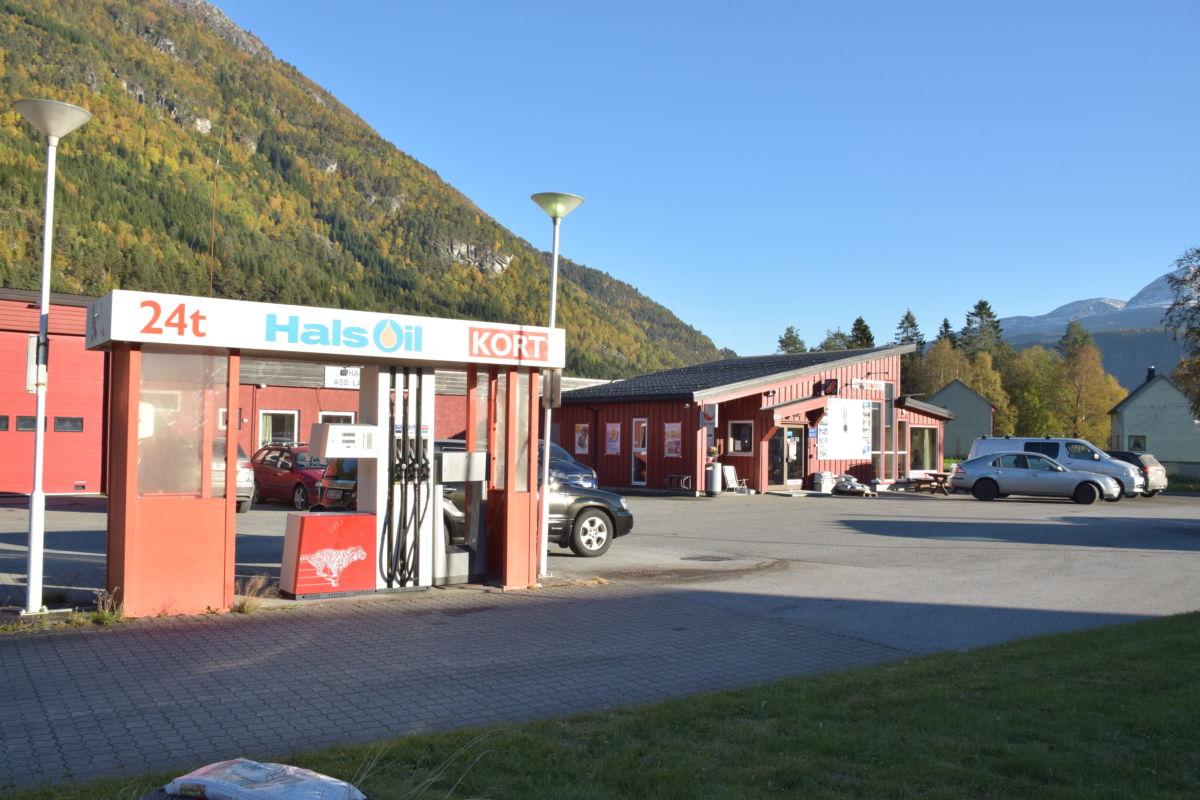 Kioskope 2. pinsedag, men drivstoff kan du kjøpe på kortautomaten heile døgnet. Foto: Jon Olav Ørsal