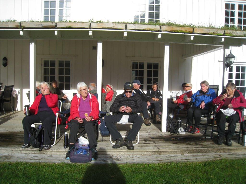Kaffepause i finvêret, ute på troppa på Hamnes.  Foto: Sigrun Ørsal