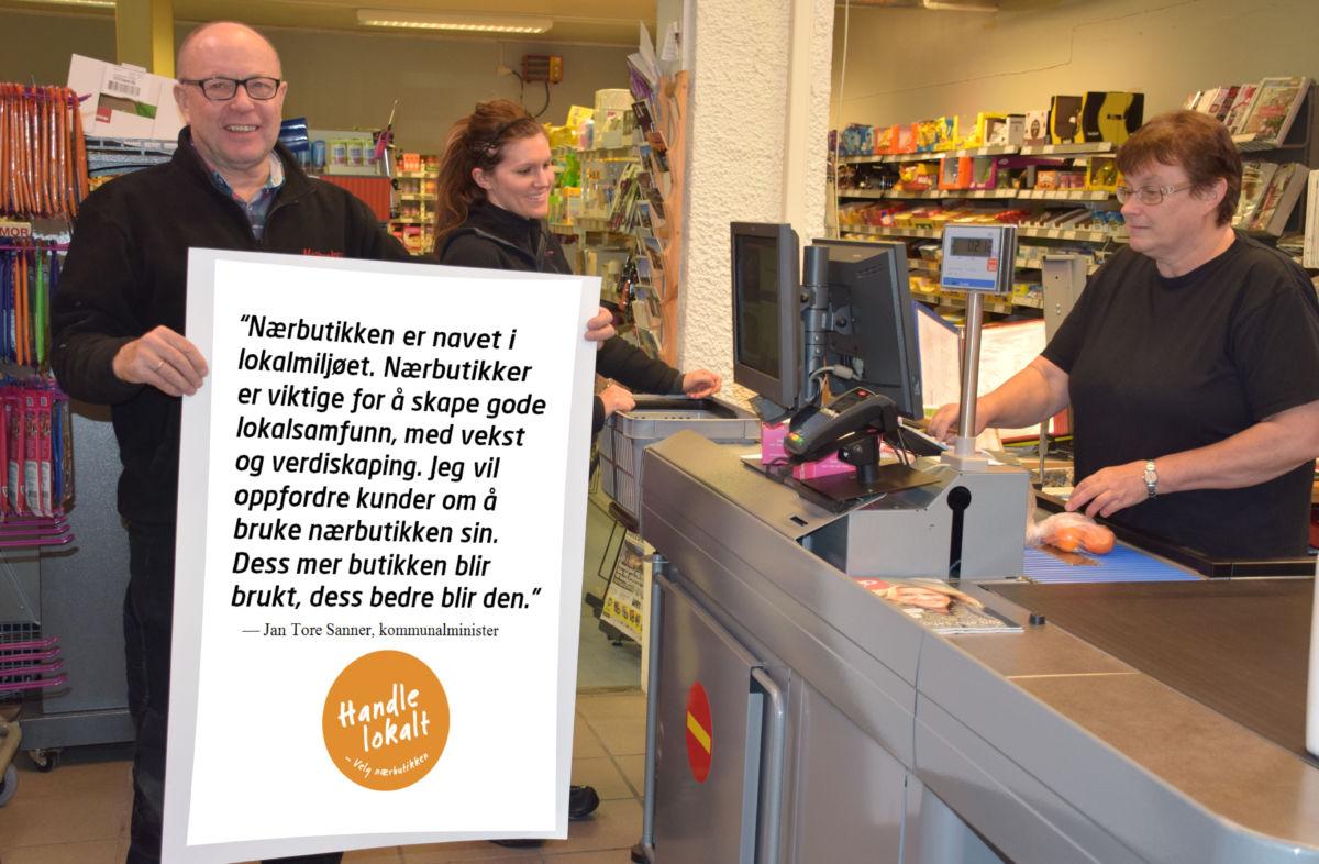 Handle lokalt, oppfordrer denne gjengen på matkroken. Frå venstre terje Nordvik, Frøydis Bolme Hamnes og Marit Tørset.  Foto: Jon Olav Ørsal