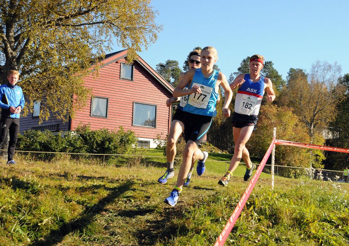 Innspurt: Her er Simen Halle Haugen på veg inn på oppløpet foran Casper Stornes, Ask, og Birk Nagell Skogland, Haugesund Triathlonklubb. Foto: Driva/Magne Lillegård