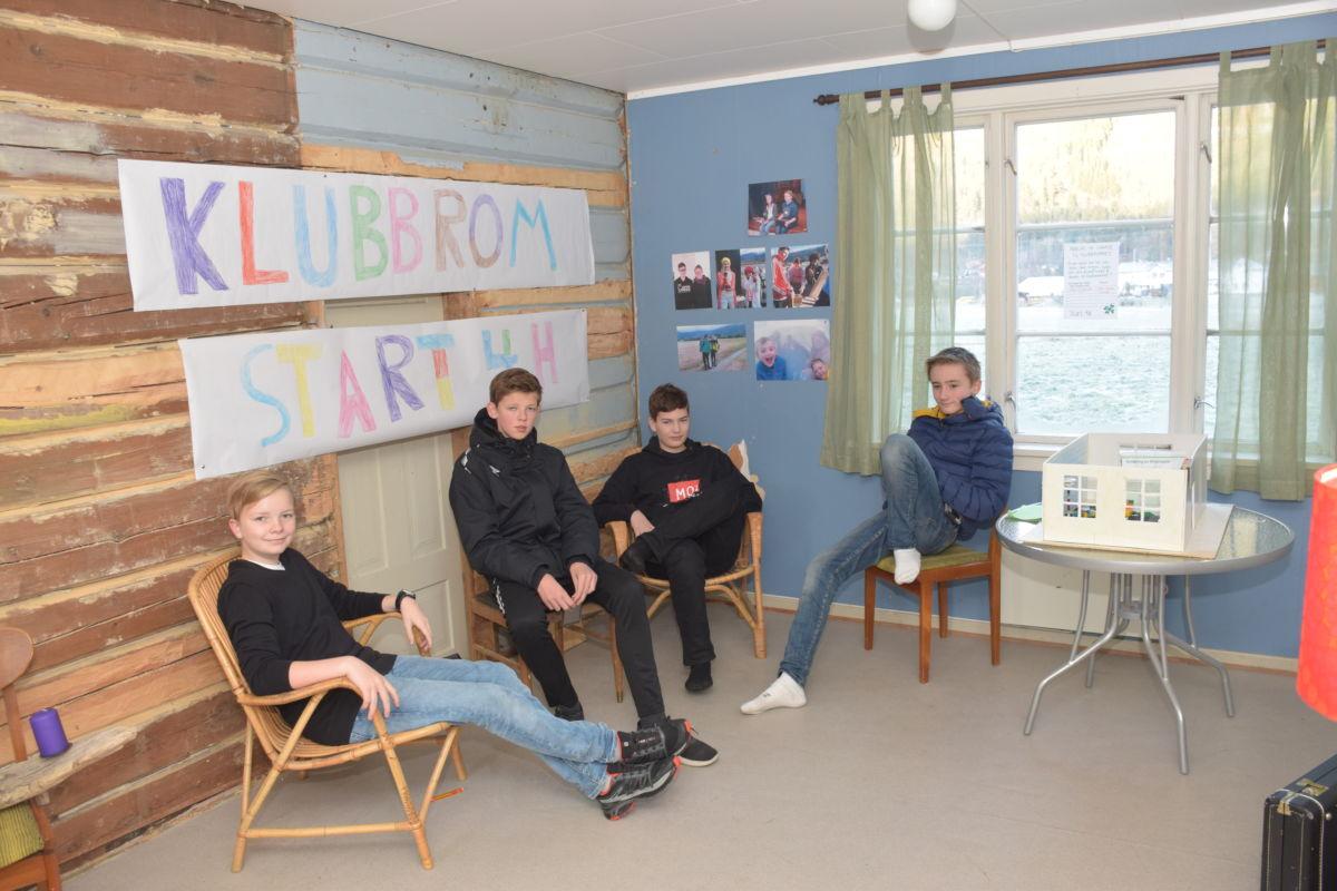 Sindre, henrik, Bror og kristian i det nye klubbrommet som dei har laga sjølve.   Foto: Jon Olav Ørsal