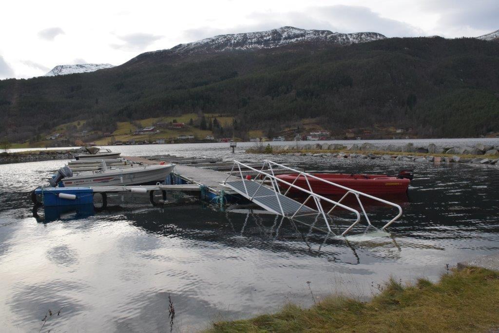 Høg vasstand i båthamna - det er ikkje ofte det er motbakke opp å¨flytebryggja.  Foto: Jon Olav Ørsal
