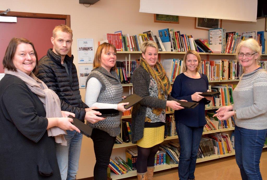 11 nye iPad Mini er eit spleiselagt mellom FAU og Todalen oppvekstsenter. Frå vestre Karin Halle, Ole Martin Øyen, Ingeborg Myrvang, Ellinor Bolme, Laila K. bergli og Britt Mossing.   Foto: Jon Olav Ørsal