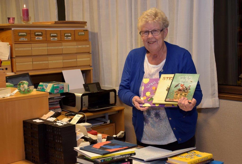 Bibliotekar Karen Johanne har mange nye bøker å by på.  Arkivfoto: Jon Olav Ørsal