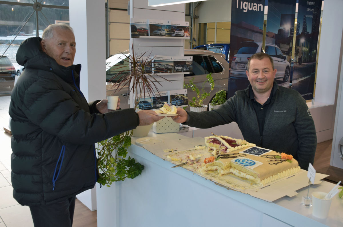 Magne Evensen har vore trufast kunde hos Sveen, og får han servert eit blautkakestykke frå Lars Kristian Todalen.   Foto: Jon Olav Ørsal