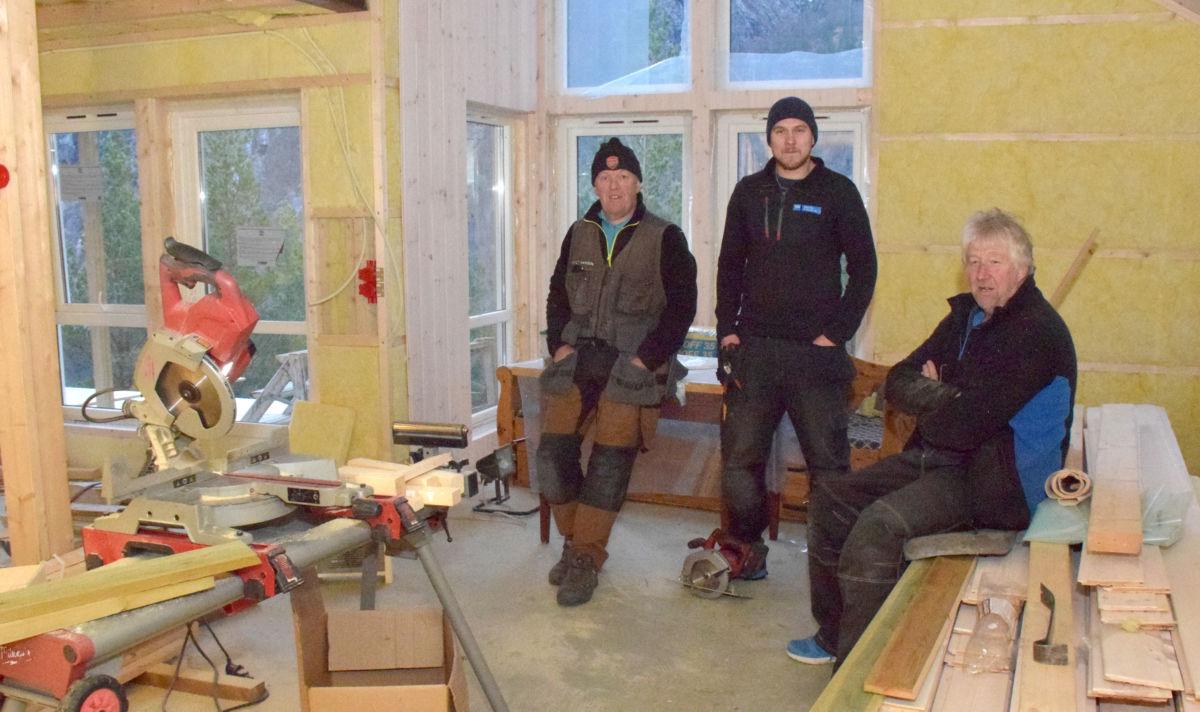 Den eine hytta var komen under tak - her var Lars kvendset, Per Ivar Sylte og gunnar Nordvik i fullt arbeid.  Foto: Jon Olav Ørsal