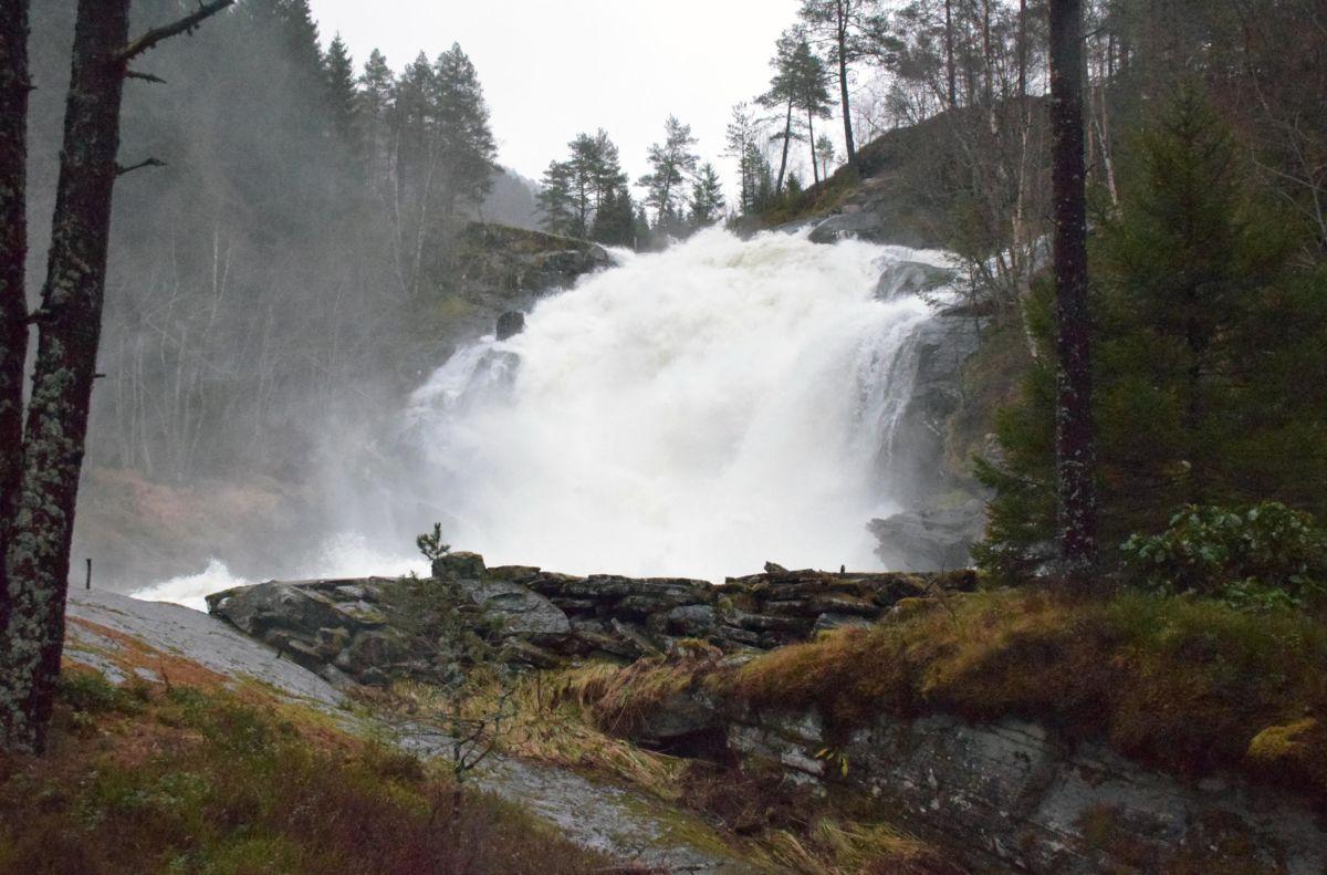 Frå storfossen i dag tidleg - i løpet av natta gikk vatnet over dammen her.  Foto: Jon Olav Ørsal