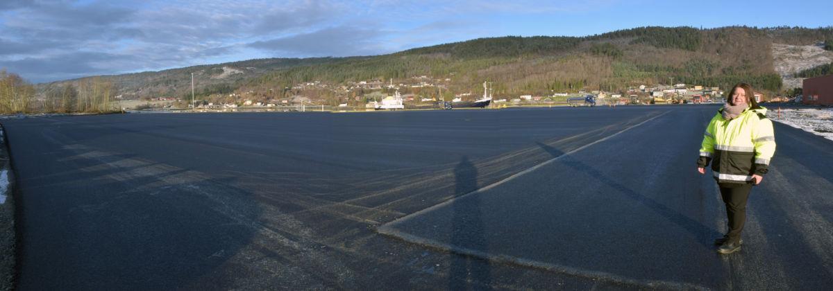 Surnadal Hamneterminal har 31.000 m2 - no er det nylagt asfalt på 17.250 m2.  Foto: Jon Olav Ørsal