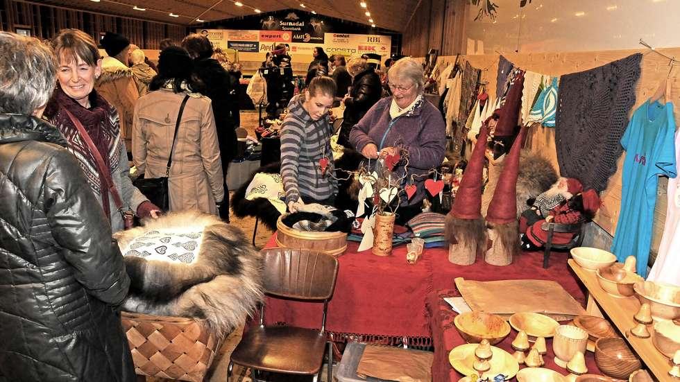 På julemessa til Husflidslaget har dei mykje å by på - her frå julemessa i ridehallen for eit par år sia.  Foto: Driva