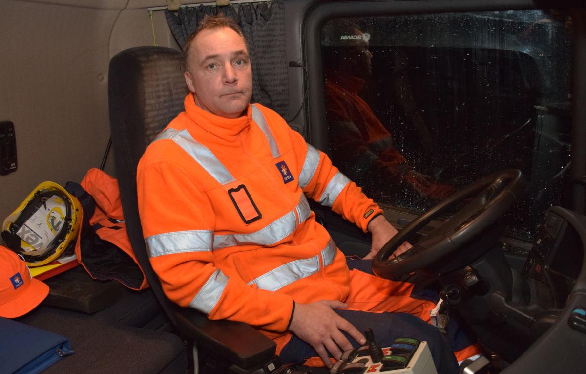 Anton er klar for ein ny runde med brøytebilen! Foto: Jon Olav Ørsal