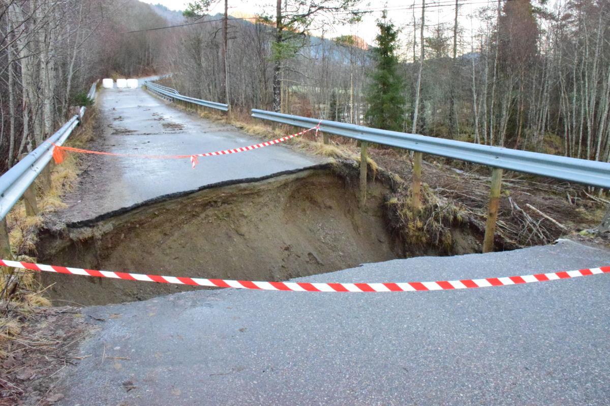 Vegen er gravd ut mellom bruene på den gamle vegen om Åsbøhauann.   Foto: Jon Olav Ørsal