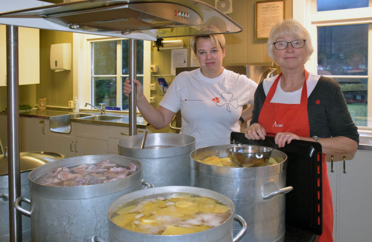 Elinor og Åse bekrefta at dei hadde kontroll på middagen.  Foto: Jon Olav Ørsal