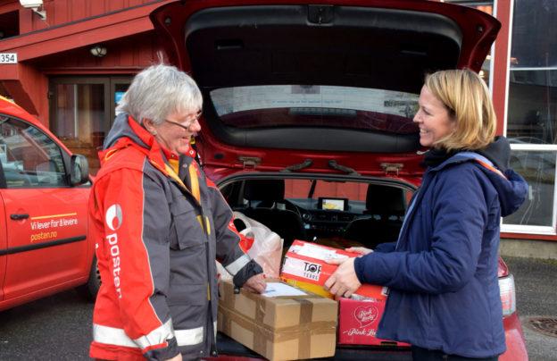 Laila Berli ekspederer postens Gunnvor Fuglvåg direkte frå bilen utafor Matkroken. Foto: Driva/Jon Olav Ørsal