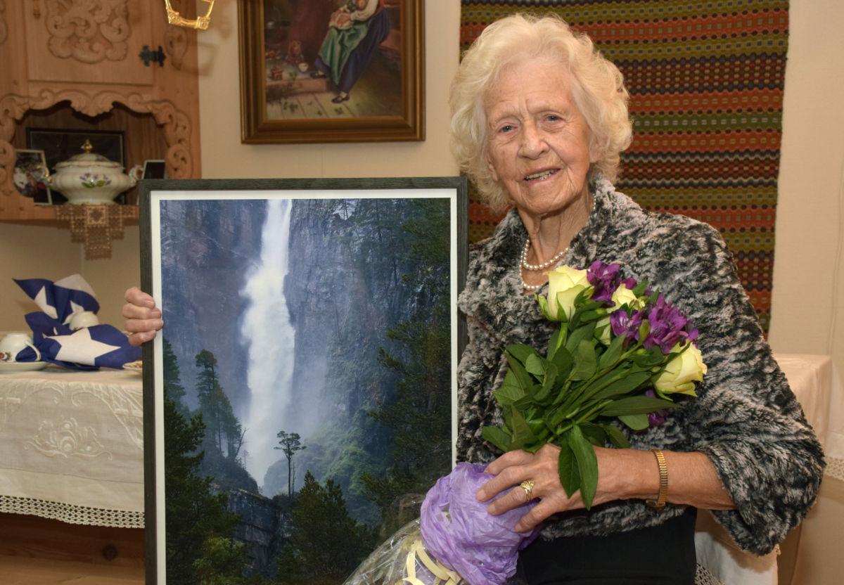 Olina Halle fekk Surnadal kommunes pris for godt eldrearbeid for 2016.  Foto: Jon Olav Ørsal