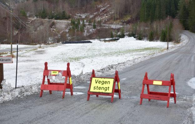 Vegen er framleis stengt gjennom Falla.   Foto: Driva/Jon Olav Ørsal
