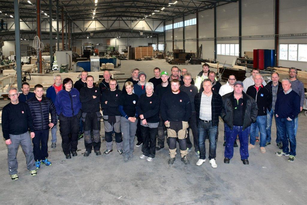 Heile elementavdelinga samla i den nye produksjonshallen i Todalen. Nær 5.000 m2 vil bli bruka til elementproduksjon i første omgang.  Foto: Jon Olav Ørsal