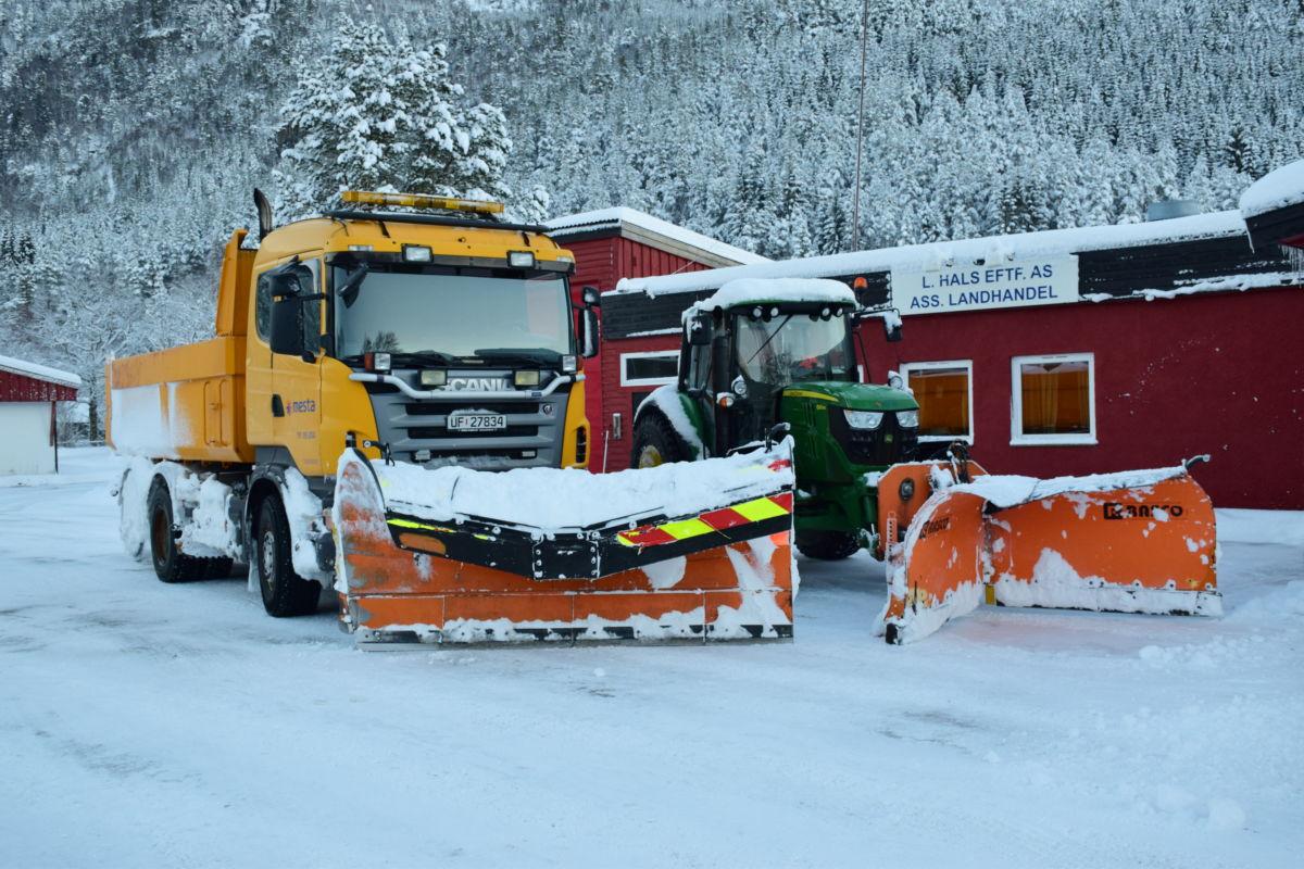 Tid for pause - mesta stillte med både bil og traktor.  Foto: Jon Olav ØrsaL