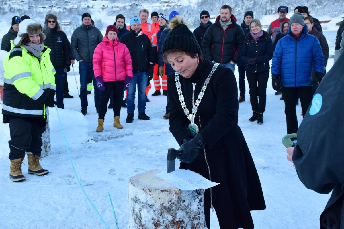 Ordførar Lilly Gunn Nyheim markerte opninga med å hogge av eit tau.   Foto: Jon Olav Ørsal