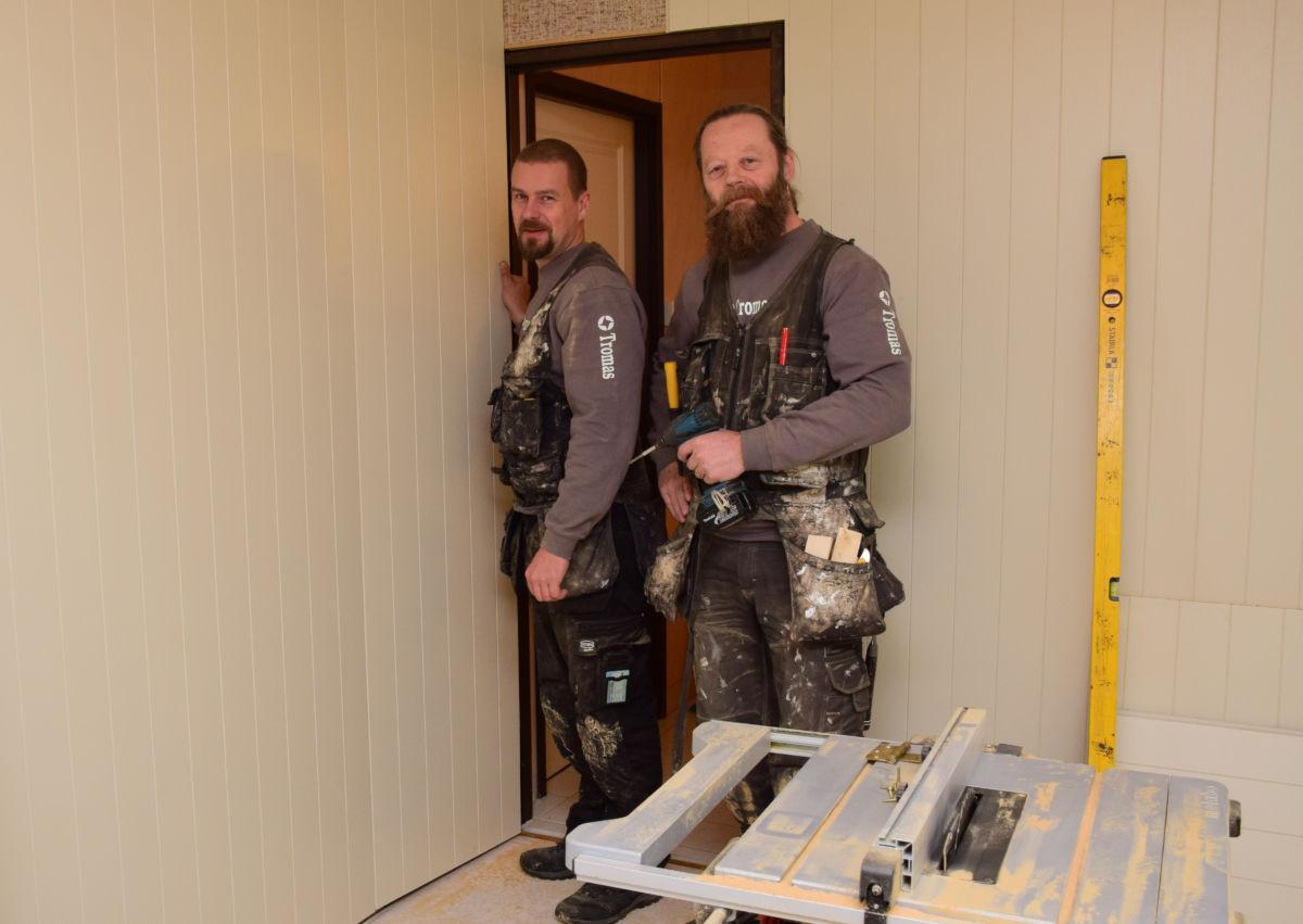 Det er Øivin Gagnås og Jo Kåre Torvik som driv med oppussing i Sanitetshuset.   Foto: Jon Olav Ørsal