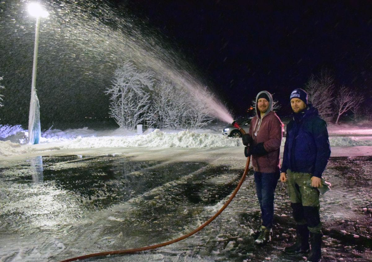 Blir det kaldt no, så blir det isbane på Bordholmen, fortel Knut Bergli og Anders Gjeldnes.  Foto: Jon Olav Ørsal