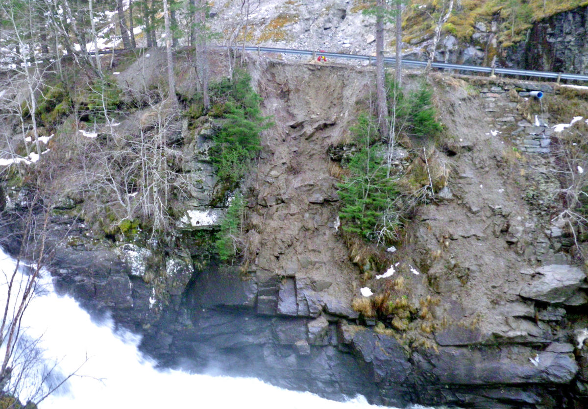 Masse har rasa ut i elva ved Kufallfossen. her er det berre ein halvmeter att til glidekanten.  Foto: Jon Bruset