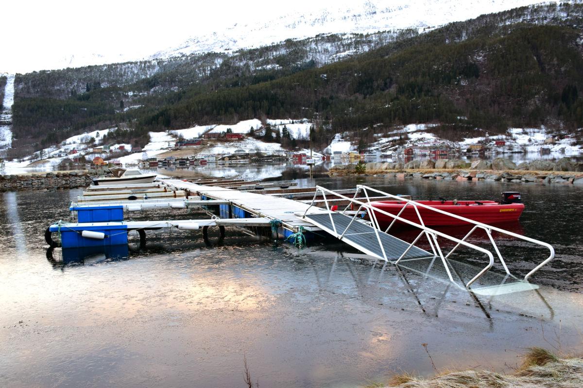 Slik såg det ut på Båthamna i føremiddag - stille før stormen?  Foto: Jon Olav Ørsal