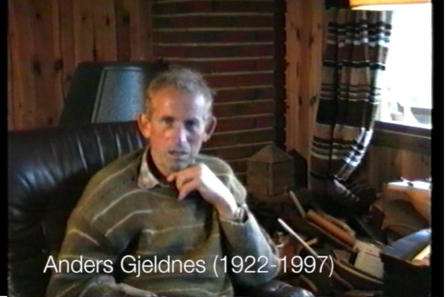 Anders Gjeldnes fortel om arbeidet på ansnessaga i eit opptak frå 90-talet. Arkivfoto: S.Å.Saksen