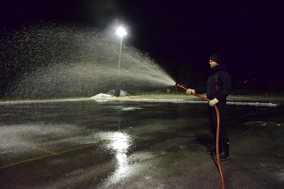 Vi prøver oss med is på skøytebanen på Bordholmen, seier Anders Gjeldnes som søndag kveld var i aktivitet med vassslangen.  Foto: Jon Olav Ørsal