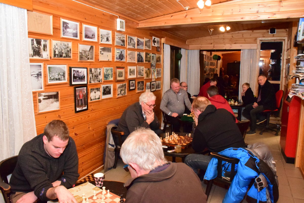 Det er tilsaman 17 deltakarar på sjakkturneringa - på det meste pågikk 8 omgangar samtidig.  Foto: Jon Olav Ørsal