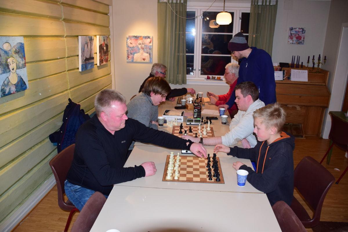 Sjakk i skulstua - nærast ser vi Ståle og Eivind.  Foto: Jon Olav Ørsal